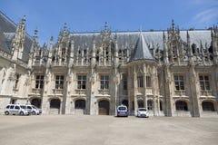 Sikt av slotten av rättvisa i Rouen arkivbild