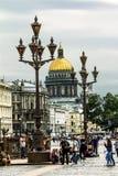 Sikt av slottfyrkanten och domkyrkan för St Isaacs i St Petersburg Royaltyfri Bild