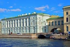 Sikt av slottinvallningen och vinterkanalen till den Neva floden arkivbild