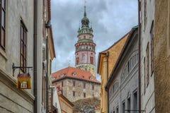 Sikt av slotttornet i Cesky Krumlov, Tjeckien arkivfoton