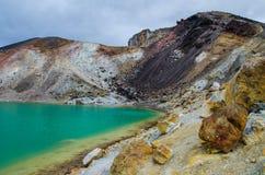 Sikt av smaragd sjöar från Tongariro den alpina korsa vandringen med moln över, norr ö, Nya Zeeland royaltyfri foto