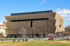 Sikt av Smithsonian det nationella museet av afrikansk amerikanhistoria och kultur (NMAAHC) Washington DC, USA Arkivfoto