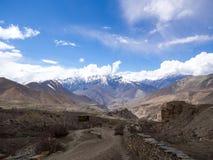 Sikt av snöberget och den nepalesiska byn royaltyfri foto