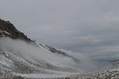 Sikt av snöig berg med moln i Black Sea regionkalkon Royaltyfri Bild