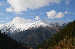 Sikt av snöig berg med moln i Black Sea regionkalkon Royaltyfria Bilder