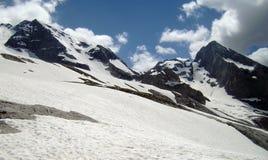 Sikt av snöig bergskedja Royaltyfria Bilder