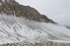 Sikt av snöig dimmiga berg i Black Sea regionkalkon Royaltyfri Foto