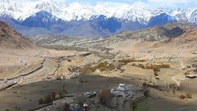 Sikt av snöig Himalayan bergskedja och en stupa i buddistisk tempel på Ladakh i Kashmir arkivfilmer