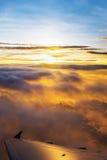 Sikt av solnedgången från flygplanfönster Fotografering för Bildbyråer