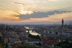 Sikt av solnedgången i den florence staden från Michelangelo Square Arkivfoto
