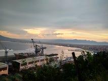 Sikt av solnedgången i golfen av Naples Mount Vesuvius och porten royaltyfri foto