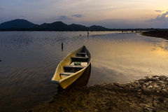 Sikt av solnedgången med fartyget och berget Fotografering för Bildbyråer