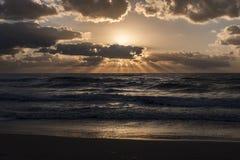 Sikt av solnedgången på havet Arkivfoto