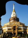 Sikt av solnedgången på Wat Pha Nam Thip Thap Prasit Wanaram, thailändsk tempel i det Roi Et landskapet, Thailand & x28; offentli Royaltyfri Fotografi