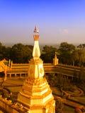 Sikt av solnedgången på Wat Pha Nam Thip Thap Prasit Wanaram, thailändsk tempel i det Roi Et landskapet, Thailand & x28; offentli Arkivbild
