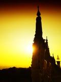 Sikt av solnedgången på Wat Pha Nam Thip Thap Prasit Wanaram, thailändsk tempel i det Roi Et landskapet, Thailand & x28; offentli Arkivfoton