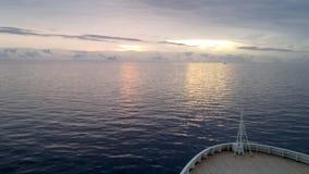 Sikt av soluppgång över den Brabant ön som ses från ett kryssningskepp, Antarktis lager videofilmer