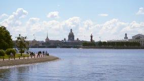 Sikt av som spottas av Vasilyevsky Island St Petersburg arkivfilmer