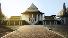 Sikt av South East Asia: en gammal klosterbroder som bygger den buddistiska templet i Bangkok, arkivbild