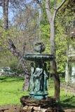 Sikt av springbrunnen nära kafét mitt emot Peter och Paul Fortress royaltyfri bild