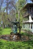 Sikt av springbrunnen nära kafét mitt emot Peter och Paul Fortress arkivfoto
