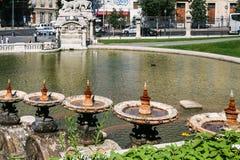 sikt av springbrunnen och porten från Palais Longchamp Arkivbild