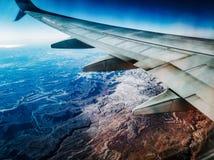 Sikt av sprucken jord från flygplanet fotografering för bildbyråer