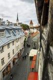 Sikt av St Olaf Cathedral och gatorna av den gamla Tallinn staden Fotografering för Bildbyråer
