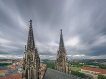 Sikt av St panorama- Vitus Cathedral Towers och Prague Arkivbilder