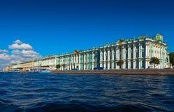 Sikt av St Petersburg. Vinterslott från Neva Arkivbild