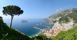 Sikt av staden av Amalfi med kustlinjen Royaltyfri Foto