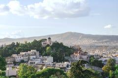 Sikt av staden av Aten, kyrkan och bergen från akropolen skytrees för blå green royaltyfri fotografi