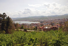 Sikt av staden av Ãœnye (Turkiet) Arkivfoto