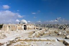 Sikt av staden av Amman med Citadelmuseet Arkivbild