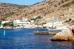Sikt av staden av Balaklava från den Balaklava fjärden Arkivfoton