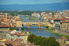 Sikt av staden av Florence, Italien, med broarna över den Arno floden Arkivbilder