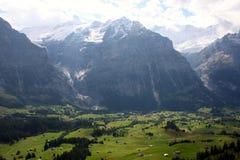 Sikt av staden av Grindelwald, Schweiz Arkivfoto