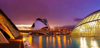 Sikt av staden av konster och vetenskaper i afton royaltyfri bild