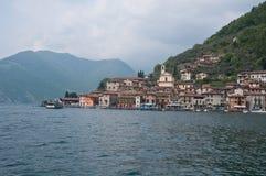 Sikt av staden av Peschiera Maraglio som lokaliseras på ön av royaltyfri bild