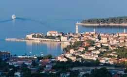 Sikt av staden av Rab, kroatisk turist- semesterort Arkivbilder