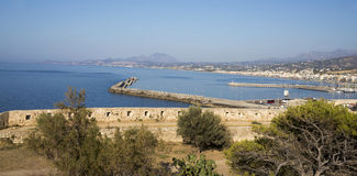 Sikt av staden av Rethymno från Fortezzs fästning Royaltyfri Bild