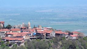 Sikt av staden av Sighnaghi och den Alazani dalen Klart soligt väder arkivfilmer