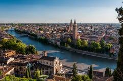 Sikt av staden av Verona över den Adige floden Arkivbilder