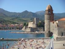 Sikt av staden av Collioure i Pyreneesna som är orientaliska i Frankrike Arkivbilder