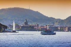Sikt av staden Como, en ljus solig dag Arkivbilder