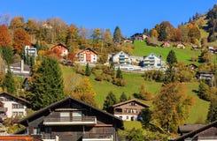 Sikt av staden av Engelberg i Schweiz i höst Arkivbilder