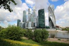 Sikt av staden för Moskva för affärsmitt i sommaren Arkivfoton
