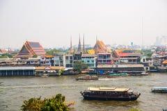 Sikt av staden från över Flod, hus och tempel Sikt från fågelns flyg Bangkok thailand Arkivfoto