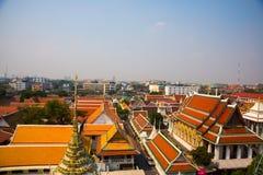 Sikt av staden från över Flod, hus och tempel Sikt från fågelns flyg Bangkok thailand Royaltyfri Bild