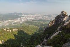 Sikt av staden från den Bukhansan nationalparken i Seoul arkivfoton